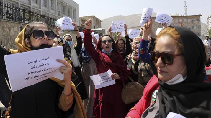 Aksi protes perempuan Afghanistan di Kabul, menuntut hak di bawah kekuasaan Taliban, (3/9/2021). (AP/Wali Sabawoon)