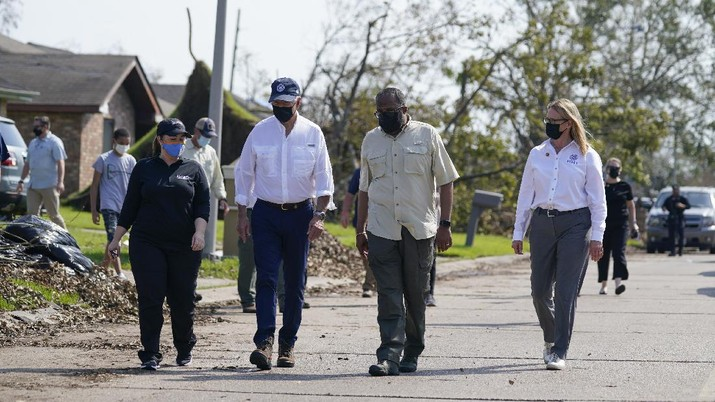 Presiden Amerika Serikat Joe Biden berkujung ke korban terdampak Badai Ida. (AP/Evan Vucci)
