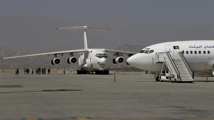 Bandara Kabul kembali buka untuk penerbangan Domestik. (AP/Wali Sabawoon)