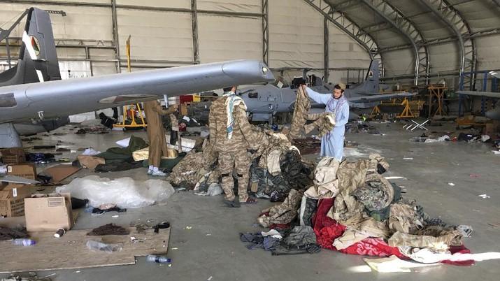 Alutsista yang ditinggalkan AS di Bandara Kabul. (AP/Mohammad Asif Khan)
