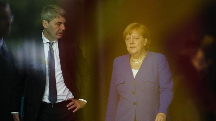 Jan Hecker (kiri) berbincang dengan Angela Merkel (kanan). (AP/Markus Schreiber)