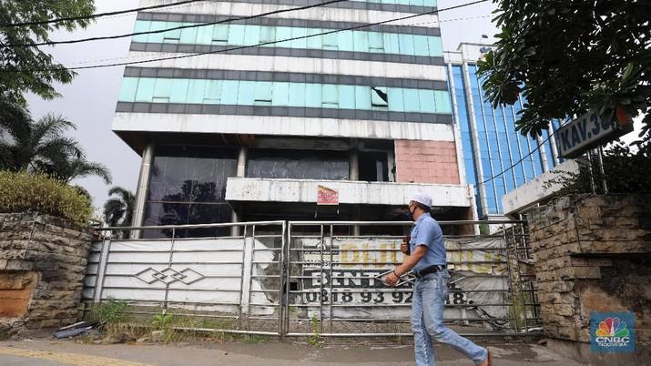 Bangunan terbengkalai ditengah kota Jakarta. (CNBC Indonesia/Andrean Kristianto)