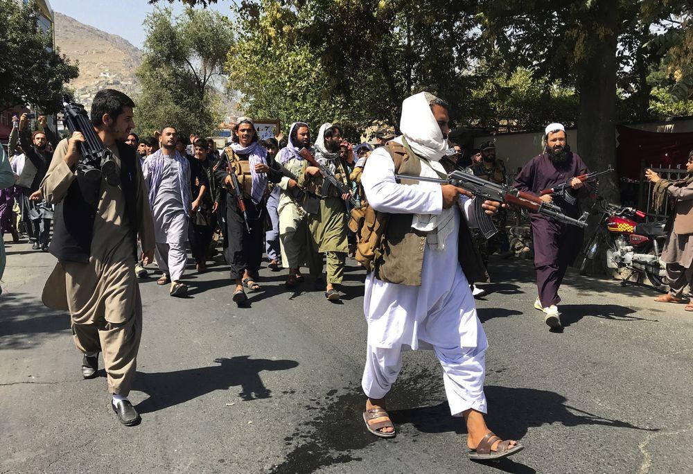 Demonstran perempuan Afghanistan meneriakkan yel dalam unjuk rasa anti-Pakistan di dekat Kedutaan Besar Pakistan di Kabul,. (AP/Wali Sabawoon)