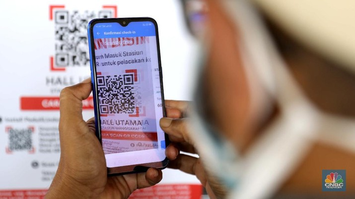 KRL Uji Coba Aplikasi PeduliLindung. (CNBC Indonesia/Muhammad Sabki)