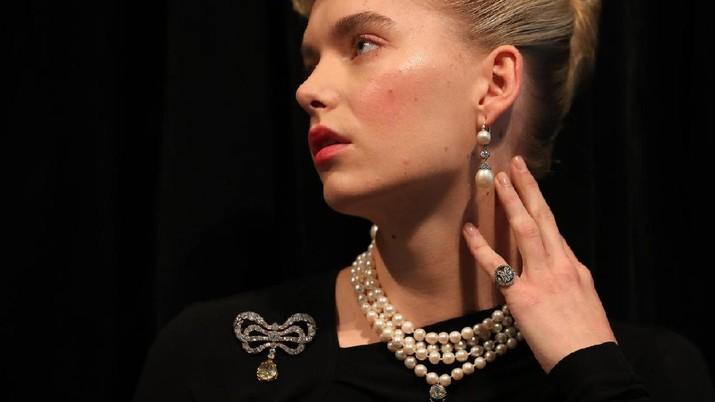Perhiasan Ratu Prancis, Marie-Antoinette dilelang. Mulai dari liontin, cincin, kalung, tiara, hingga bros. AP/