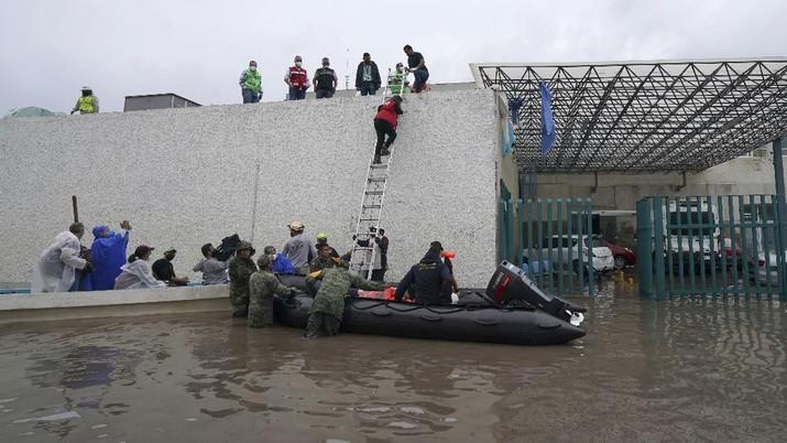 Sebuah rumah sakit di kota Tula, Hidalgo, Meksiko, terendam banjir akibat hujan deras. (AP/Marco Ugarte)