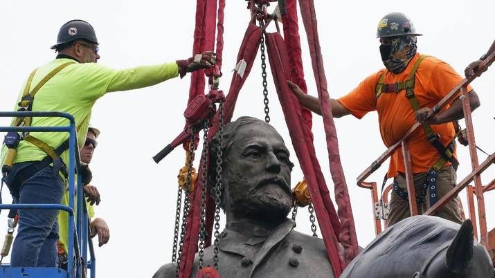 Patung Tokoh Perbudakan AS Robert Lee Dibongkar. (AP/Steve Helber)