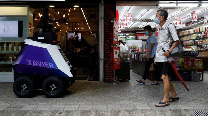 Robot Xavier mulai dikerahkan buat melakukan patroli di pusat keramaian penduduk di Singapura. (REUTERS/EDGAR SU)