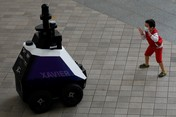 Keren! Aksi Robot Xavier Patroli Pelanggar Covid di Singapura