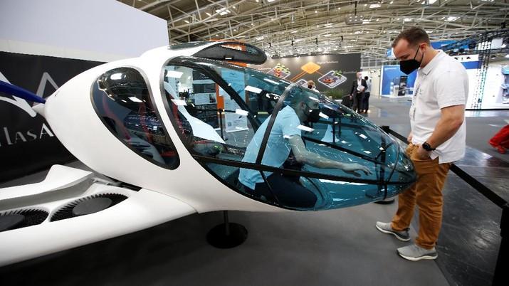 sebuah pesawat pribadi bertenaga listrik, dipamerkan selama Munich Auto Show, IAA Mobility 2021, di Munich, Jerman, 7 September 2021. (REUTERS/Michaela Rehle)