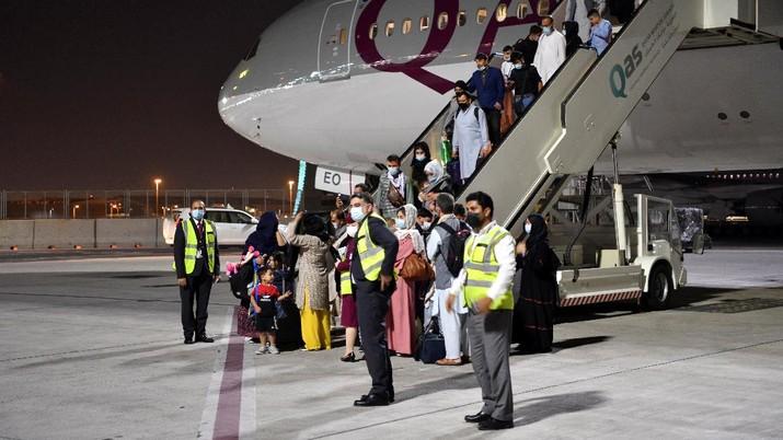 Sekitar 150 orang Afghanistan berkewarganegaraan ganda meninggalkan Afghanistan menuju Amerika Serikat (AS) dengan penerbangan Qatar Airways. (REUTERS/STRINGER)