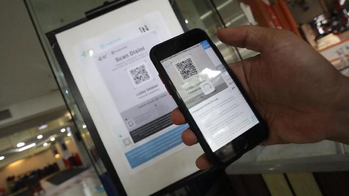 Pengunjung Wajib Menggunakan PeduliLindungi Saat Masuk Supermarket (CNBC Indonesia/Andrean Kristianto)