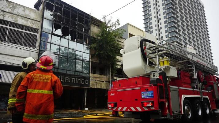 Petugas kebakaran masih berupaya memadamkan api didalam ruko yang terbakar di depan LTC Glodok, Jakarta, Selasa (14/9/2021) Ada 26 unit mobil kebakaran yang dikerahkan dilokasi kebakaran. Pantauan dilokasi api sudah berhasil dipadamkan.  (CNBC Indonesia/Tri Susilo)