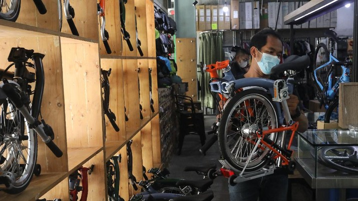 Pekerja memeriksa sepeda lipat brompton yang dijual di SpinWarriors, Tangerang Selatan, Kamis (15/9/2021). (CNBC Indonesia/Andrean Kristianto))