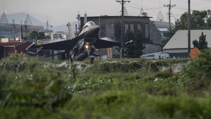 A Taiwanese Air Force F-16V fighter jet takes off on a highway that is converted as a runway, during the take-off and landing drill as part of the annual Han Kuang drill in Pingtung, Taiwan, 15 September 2021. TAIWAN MILITARY NEWS AGENCY/Handout via REUTERS ATTENTION EDITORS - THIS IMAGE WAS PROVIDED BY A THIRD PARTY. NO RESALES. NO ARCHIVES.