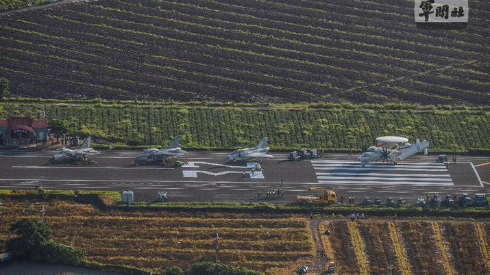 Taiwanese Air Force fighter jets park on a highway that is converted as a runway during the take-off and landing drill as part of the annual Han Kuang drill in Pingtung, Taiwan, 15 September 2021. TAIWAN MILITARY NEWS AGENCY/Handout via REUTERS ATTENTION EDITORS - THIS IMAGE WAS PROVIDED BY A THIRD PARTY. NO RESALES. NO ARCHIVES.