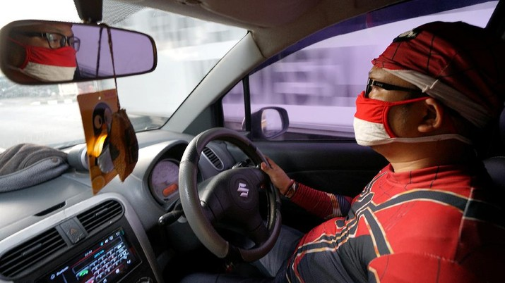 Agus Widanarko, 40, wears a Spiderman costume while driving as he prepares to entertain children confined to their homes due to coronavirus disease (COVID-19) restrictions, in Sukoharjo, Central Java province, Indonesia, September 10, 2021. Picture taken September 10, 2021. REUTERS/Stringer NO RESALES. NO ARCHIVES