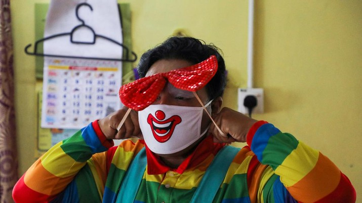 Shaharul Hisam bin Baharuddin, 43, dressed as a clown, disinfects a prayer room inside a shopping mall in Taiping, Malaysia September 10, 2021. Picture taken September 10, 2021. REUTERS/Lim Huey Teng