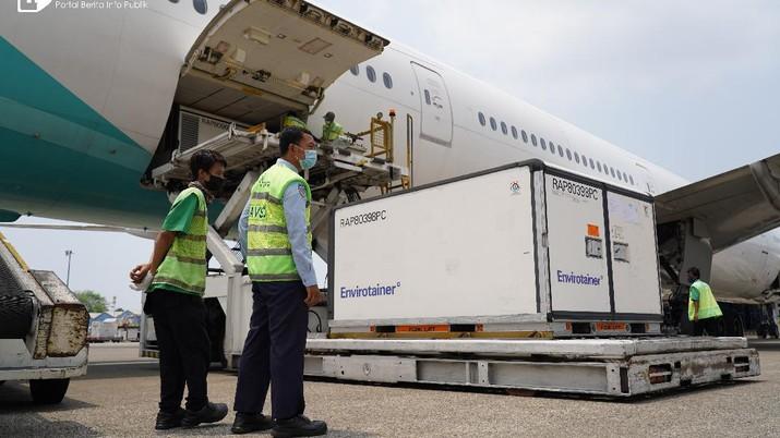 Pekerja melakukan bongkar muat Vaksin COVID-19 Sinovac setibanya di Bandara Soekarno-Hatta, Tangerang, Banten, Senin (20/9/2021). Indonesia menerima vaksin Sinovac sebanyak 5.000.000 dosis vaksin jadi dan siap pakai. Kedatangan vaksin COVID-19 merupakan tahap ke-70 yang diperoleh melalui skema pengadaan pembelian secara langsung.  (InfoPublik/Kominfo/Ryiadhy)