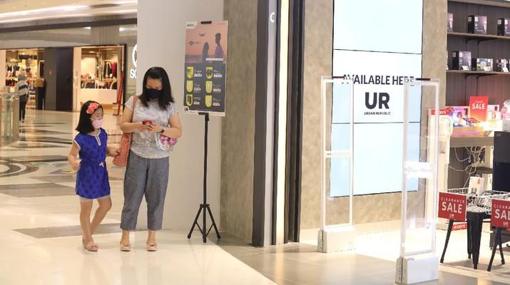 Sejumlah warga melakukan aktivitas didalam Lippo Mal Puri, Kembangan, Jakarta, Selasa (21/9/2021). Pemerintah melakukan penyesuaian aktivitas masyarakat dalam ketentuan Pemberlakuan Pembatasan Kegiatan Masyarakat (PPKM) terbaru, yang berlaku dua pekan sampai 4 Oktober 2021. Salah satunya yaitu uji coba pembukaan pusat perbelanjaan/ mal bagi anak-anak di bawah 12 tahun. Uji coba pembukaan pusat perbelanjaan/Mall bagi anak-anak di bawah usia kurang dari 12 tahun dengan pengawasan dan pendampingan orang tua,