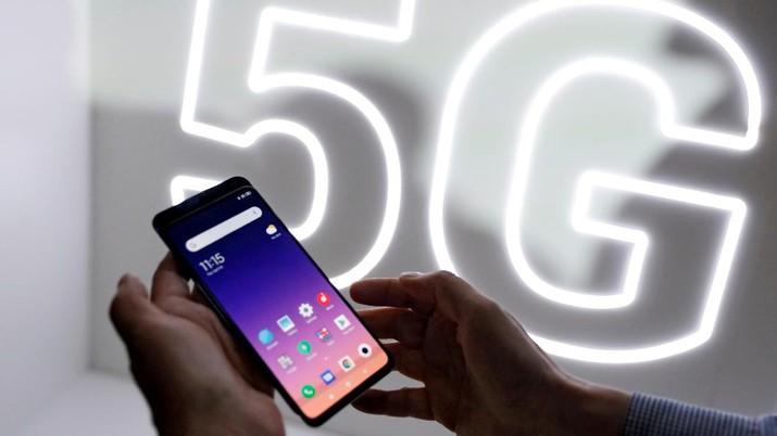 FILE PHOTO: FILE PHOTO: A person checks out the new Xiaomi Mi 9 mobile phone ahead of the Mobile World Congress (MWC 19) in Barcelona, Spain, February 24, 2019. REUTERS/Rafael Marchante/File Photo/File Photo