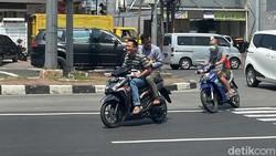 Jangan Ditegur! Lakukan Ini saat Ketemu Pemotor Ngobrol Sebelahan Sambil Jalan Pelan