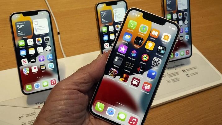 Antrian pembeli Iphone 13 di New York. (AP/Richard Drew)