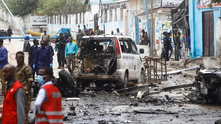 Bom mobil meledak di sebuah pemeriksaan dekat istana presiden Somalia Sabtu, (25/9/2021). (REUTERS/FEISAL OMAR)