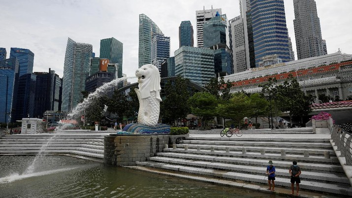 Lonjakan Covid-19 yang terjadi membuat pemerintah Singapura memutuskan untuk memperketat pembatasan sosial warganya. (REUTERS/EDGAR SU)
