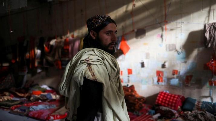 Seorang tentara Taliban berdiri di sel penjara di Pangkalan Udara Bagram di Parwan, Afghanistan, (23/9/2021). (WANA (West Asia News Agency) via REUTERS)