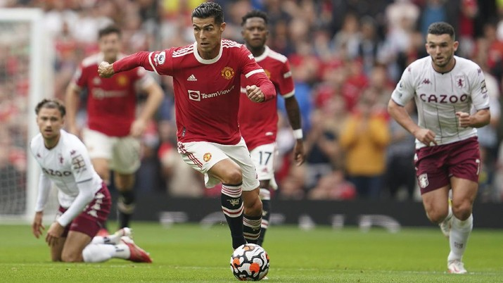 Manchester United's Cristiano Ronaldo, center, in action during the English Premier League soccer match between Manchester United and Aston Villa at the Old Trafford stadium in Manchester, England, Saturday, Sept 25, 2021. (AP Photo/Jon Super)