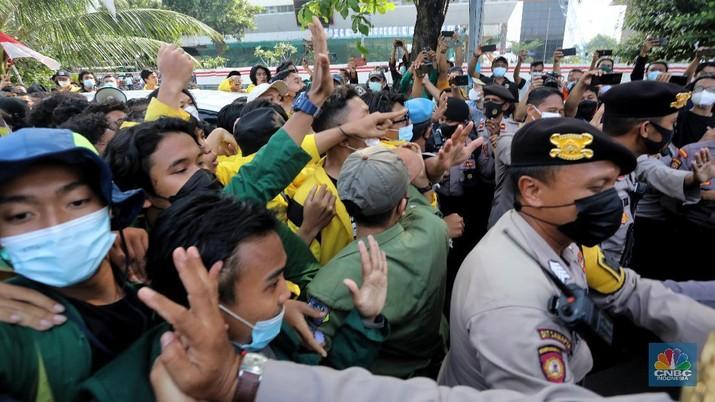Ratusan mahasiswa yang tergabung dalam Aliansi BEM Seluruh Indonesia (BEM SI) dan GASAK terlibat aksi dorong-dorongan dengan aparat Kepolisian saat menggelar aksi di sekitar Gedung Merah Putih KPK di Jakarta, Senin (27/9/2021). (CNBC Indonesia/Andrean Kristianto)