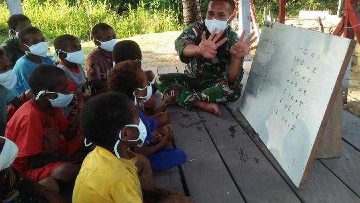 Satgas Yonif Mekanis 512/QY berikan tambahan pelajaran kepada anak-anak di perbatasan Papua. Ist