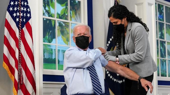 Joe Biden terima suntikan vaksin Booster. (REUTERS/KEVIN LAMARQUE