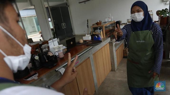 Pekerja berkebutuhan khusus berkomunikasi dengan bahasa SIBI saat bekerja di Serona Coffee Shop, Tangerang Selatan, Selasa (28/9/2021).  (CNBC Indonesia/Andrean Kristianto)