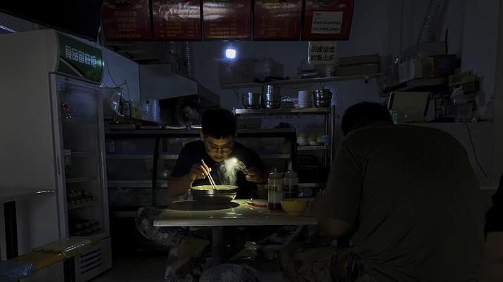 17 provinsi dan wilayah telah terjadi beberapa bentuk pemadaman listrik. (AP/Olivia Zhang)