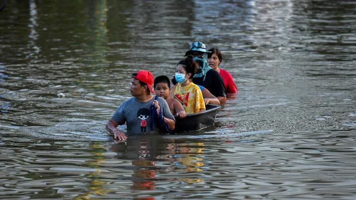 Banjir di Thailand menewaskan enam orang. (REUTERS/Panumas Sanguanwong)