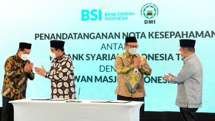 Direktur Information Technology PT Bank Syariah Indonesia Tbk Achmad Syafii (tiga dari kiri) dan Sekretaris Jenderal Dewan Masjid Indonesia H Imam Addaruqutni (dua dari kiri), Direktur Utama PT Bank Syariah Indonesia Tbk Hery Gunardi (paling kiri) dan Ketua Umum DMI H Muhammad Jusuf Kalla (paling kanan). Dok BSI