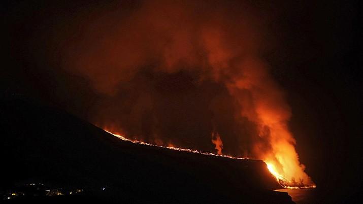 Lava dari gunung berapi yang meletus di pulau La Palma, Spanyol, telah mencapai Samudra Atlantik. (AP/Saul Santos)