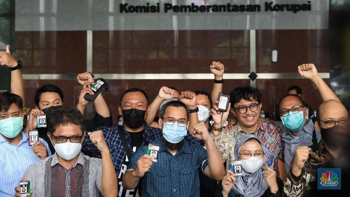 57 pegawai KPK yang dipecat dari lembaga meninggalkan Gedung Merah Putih KPK, Kuningan, Jakarta Selatan, Kamis (30/9/2021). (CNBC Indonesia/Muhammad Sabki)