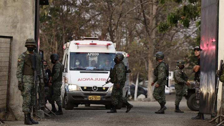 Polisi berjaga di penjara Ekuador pasca kerusruhan. (AP/Angel DeJesus)