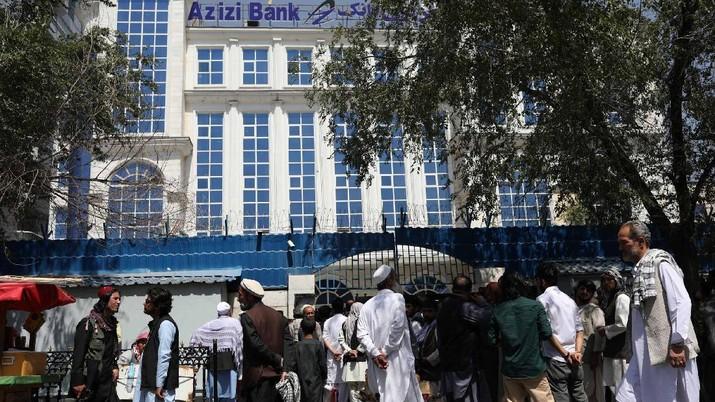 Warga Afghanistan antre masuk Bank. (via REUTERS/WANA NEWS AGENCY)