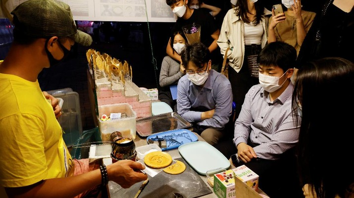 A street vendor sells Dalgona candy from the Korean Netflix series