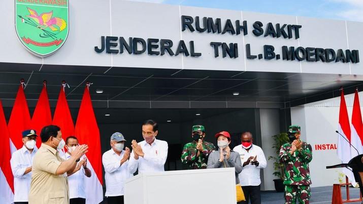 Jokowi Didampingi Menhan Prabowo Resmikan Rumah Sakit Modular Jenderal TNI LB. Moerdani di Merauke. (Photo credit: Biro Pers Sekretariat Presiden)