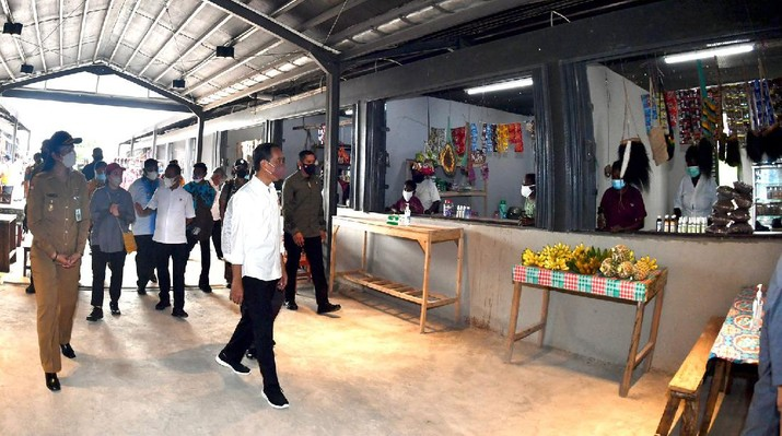 Setelah meresmikan Pos Lintas Batas Negara (PLBN) Sota di Kabupaten Merauke, Provinsi Papua, pada Minggu 3 Oktober 2021, Presiden Joko Widodo menyempatkan diri untuk melihat langsung Pasar Sota. ( Laily Rachev - Biro Pers Sekretariat Presiden)