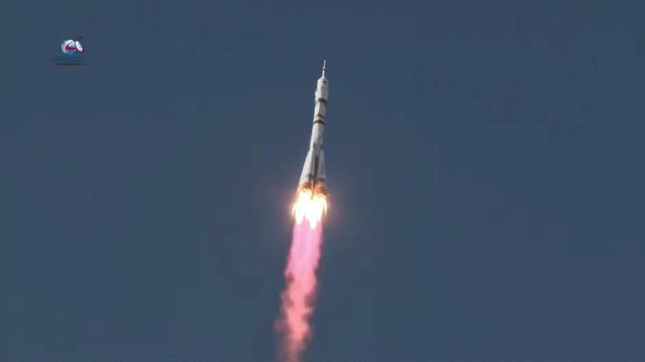 Pesawat ruang angkasa Soyuz MS-19 yang membawa kru, yang terdiri dari kosmonot Rusia Anton Shkaplerov, sutradara film Klim Shipenko dan aktris Yulia Peresild, meluncur ke Stasiun Luar Angkasa Internasional (ISS) dari landasan peluncuran di Baikonur Cosmodrome, Kazakhstan 5 Oktober 2021. via REUTERS/ROSCOSMOS