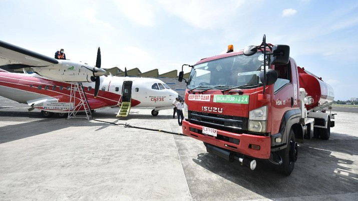 A CN-235 aircraft is refuelled with Bioavtur as part of trials on bio jet fuel, at Dirgantara Indonesia, in Bandung, West Java province, Indonesia, September 6, 2021. Picture taken September 6, 2021. Adityo Pratomo/Courtesy of Pertamina/Handout via REUTERS  THIS IMAGE HAS BEEN SUPPLIED BY A THIRD PARTY. MANDATORY CREDIT. NO RESALES. NO ARCHIVES.