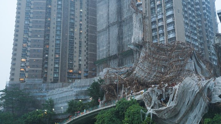 Collapsed bamboo scaffolds of a residential building are seen as Typhoon Lionrock hits Hong Kong, China October 8, 2021. REUTERS/Lam Yik