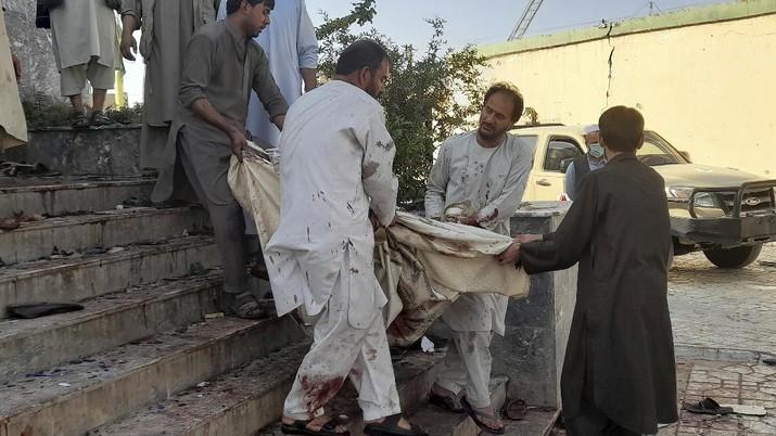 Bom bunuh diri ISIS di masjid komunitas Muslim Syiah di Kota Kunduz, Afghanistan, saat Salat Jumat (8/10) digelar, menewaskan 100 orang. (AP/Abdullah Sahil)