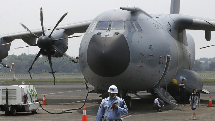 An Indonesian Air Force soldier guards in front of British air force RAF A400M transport aircraft during a visit at Halim Perdanakusuma airport in Jakarta, Indonesia, Tuesday, Nov. 12, 2019.(AP Photo/Achmad Ibrahim)